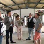 Tobias Hans und Petra Bretter besuchen Bachs Braumanufaktur in Neunkirchen. Der sympathische Familienbetrieb zeichnet sich durch viel Kreativität, beste Rohstoffe und viel Liebe zum Produkt aus. Das Ergebnis sind erstklassige Biere aus dem Saarland