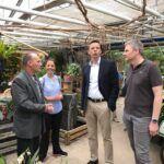 Tobias Hans und Peter Strobel schauen sich in der Erlebnisgärtnerei Storm in Saarbrücken das vielfältige Angebot und das nachhaltige Konzept aus eigener Pflanzenproduktion, Floristik, Baumschule und Naturlehrpfad